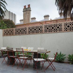 Esempio di un grande patio o portico vittoriano in cortile con pavimentazioni in pietra naturale e una pergola
