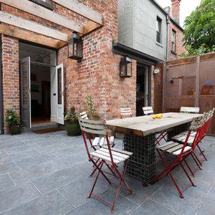 Foto di un grande patio o portico vittoriano in cortile