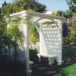 Foto di un patio o portico classico di medie dimensioni e dietro casa con fontane, pavimentazioni in pietra naturale e una pergola