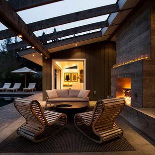 Foto di un grande patio o portico industriale dietro casa con lastre di cemento e nessuna copertura