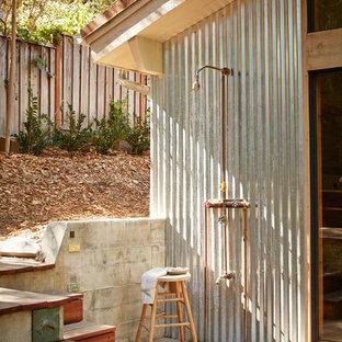Ejemplo de patio rural, sin cubierta, con ducha exterior y entablado