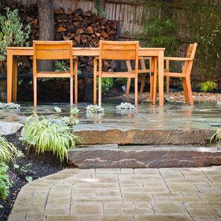 Immagine di un patio o portico etnico con pavimentazioni in pietra naturale