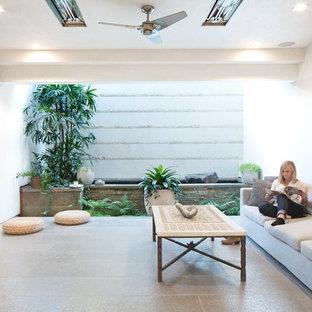 Idee per un patio o portico tropicale di medie dimensioni e in cortile con fontane, pavimentazioni in pietra naturale e un tetto a sbalzo
