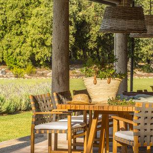 Ejemplo de patio mediterráneo en patio trasero y anexo de casas