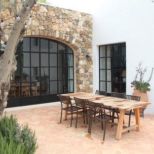 Modelo de patio mediterráneo, sin cubierta, con suelo de baldosas