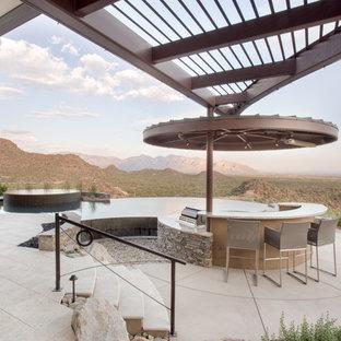 Ispirazione per un grande patio o portico design dietro casa con pavimentazioni in mattoni e una pergola