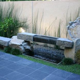 Ispirazione per un grande patio o portico etnico in cortile con fontane