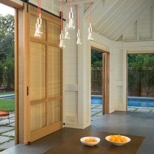 Immagine di un patio o portico country di medie dimensioni e dietro casa con fontane, pavimentazioni in pietra naturale e nessuna copertura
