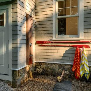 Aménagement d'une terrasse avec une douche extérieure bord de mer avec du gravier et aucune couverture.
