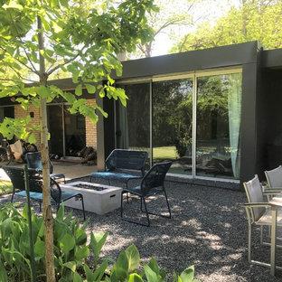 Foto de patio minimalista, pequeño, sin cubierta, en patio trasero, con brasero y gravilla