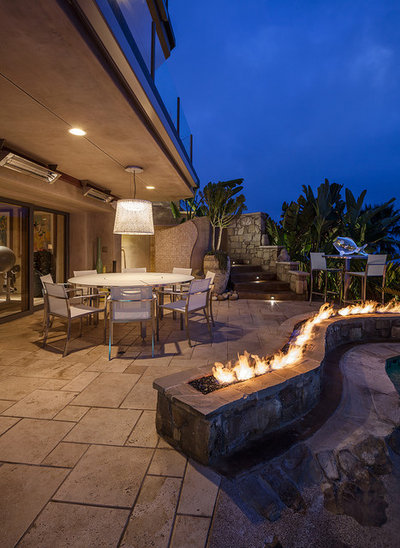 Tropical Patio by dRichards Interiors