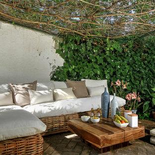 Imagen de patio mediterráneo con adoquines de ladrillo