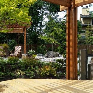Idee per un grande patio o portico etnico dietro casa con fontane, pedane e una pergola