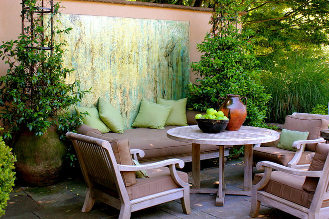 Traditional Patio by CAROLE MEYER