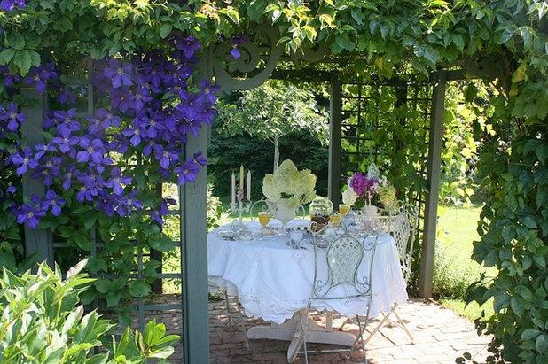 Traditional Courtyard by Aiken House & Gardens