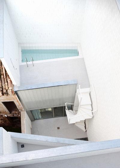 Contemporáneo Patio by RUE space