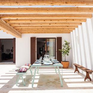 Foto de patio mediterráneo, de tamaño medio, en patio trasero, con jardín de macetas, suelo de baldosas y pérgola