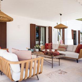 Ejemplo de patio mediterráneo, grande, en patio trasero y anexo de casas, con suelo de baldosas