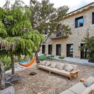 Modelo de patio mediterráneo, grande, en patio trasero, con adoquines de piedra natural