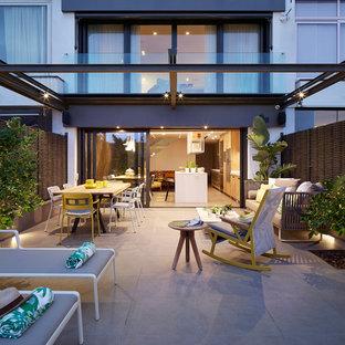 Ejemplo de patio contemporáneo, de tamaño medio, en patio trasero, con jardín de macetas