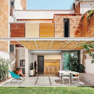 Foto de patio contemporáneo, en patio trasero, con losas de hormigón y pérgola
