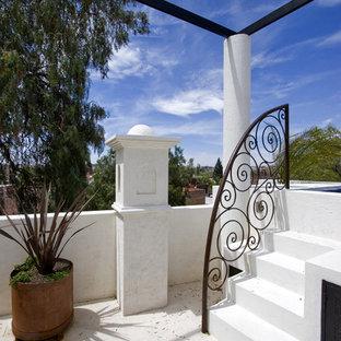 Ispirazione per un patio o portico american style con pavimentazioni in pietra naturale e nessuna copertura