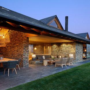 Modelo de patio de estilo de casa de campo, en patio trasero y anexo de casas, con cocina exterior y adoquines de piedra natural