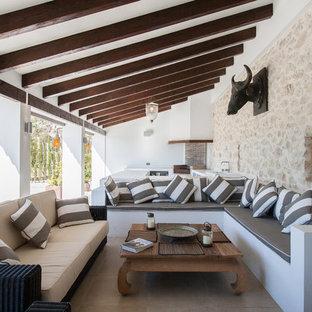 Diseño de patio mediterráneo, en patio trasero y anexo de casas, con cocina exterior