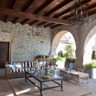 Imagen de patio mediterráneo, en anexo de casas, con adoquines de piedra natural