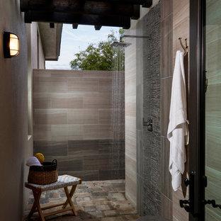 Idée de décoration pour une grande terrasse avec une douche extérieure latérale tradition avec une pergola.