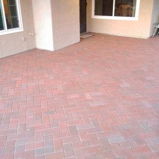 Esempio di un patio o portico classico di medie dimensioni e dietro casa con pavimentazioni in cemento e una pergola