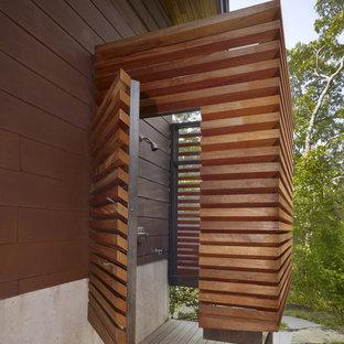 Foto di un piccolo patio o portico design nel cortile laterale con pedane e un tetto a sbalzo