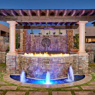 Foto de patio mediterráneo, en patio trasero, con brasero, pérgola y adoquines de piedra natural