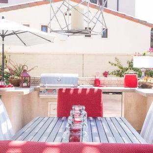 Esempio di un patio o portico design dietro casa con pavimentazioni in cemento e una pergola