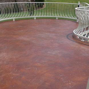 Ispirazione per un grande patio o portico davanti casa con cemento stampato e nessuna copertura