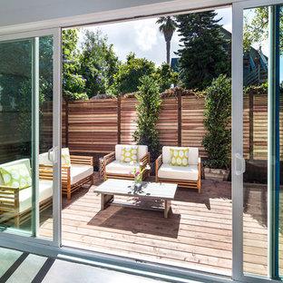 Immagine di un patio o portico industriale di medie dimensioni e dietro casa con pedane e nessuna copertura