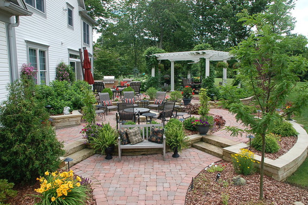 Traditional Patio by Hedge Landscape