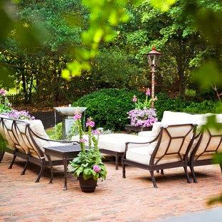 Foto di un grande patio o portico tradizionale con fontane, pavimentazioni in mattoni e nessuna copertura