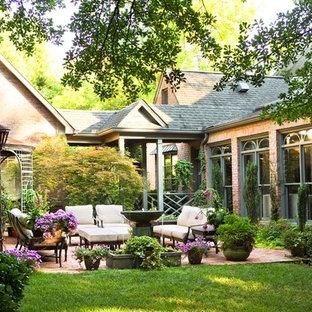 Foto de patio clásico, grande, en patio, con cenador, fuente y adoquines de ladrillo