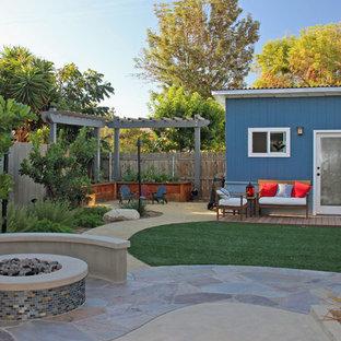 Ispirazione per un patio o portico american style di medie dimensioni e dietro casa con graniglia di granito e una pergola