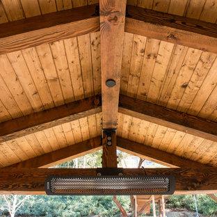 Foto de patio clásico renovado, de tamaño medio, en patio trasero, con cocina exterior, adoquines de piedra natural y pérgola