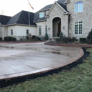 Foto di un ampio patio o portico tradizionale davanti casa con cemento stampato