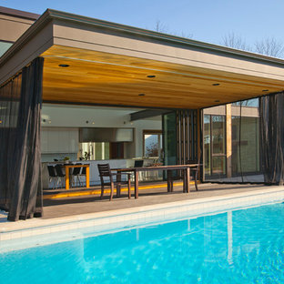 Foto di un patio o portico moderno con un tetto a sbalzo