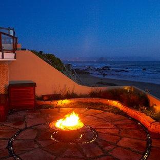 Idee per un patio o portico stile marinaro con un focolare
