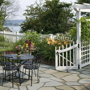 Idee per un patio o portico costiero con pavimentazioni in pietra naturale e nessuna copertura