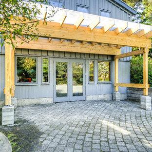 Photo of a modern patio in Portland.