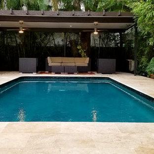 Immagine di un patio o portico classico di medie dimensioni e dietro casa con piastrelle e una pergola