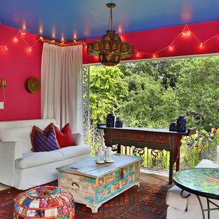 Esempio di un patio o portico mediterraneo di medie dimensioni e dietro casa con piastrelle e un gazebo o capanno