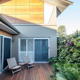 Foto di un grande patio o portico classico nel cortile laterale con pedane e nessuna copertura