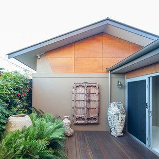 Esempio di un grande patio o portico classico nel cortile laterale con pedane e nessuna copertura